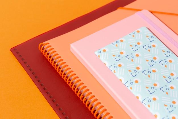 Assortimento di materiale scolastico sul tavolo