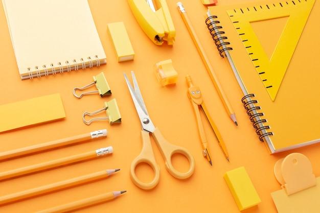 Assortimento di materiale scolastico