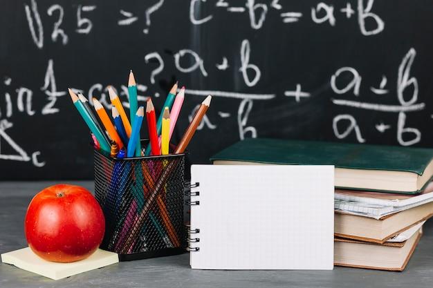 Школьные принадлежности за столом