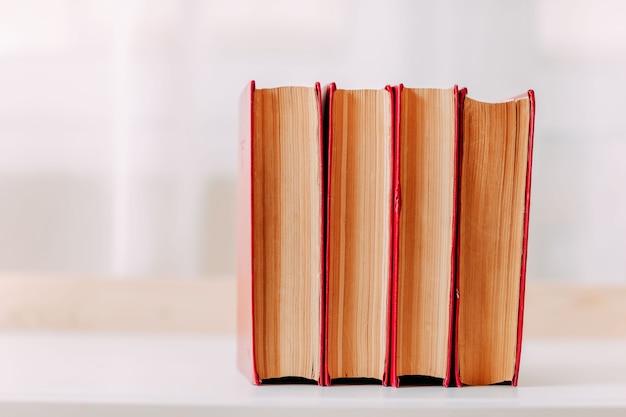 学用品。テーブルの上の大きな赤い本。