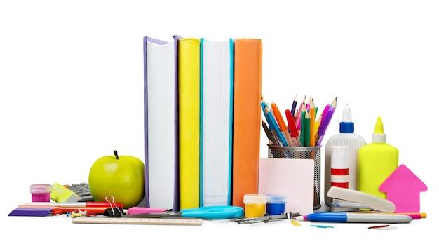 Школьные принадлежности - книги, карандаши и яблоки, изолированные на белом фоне