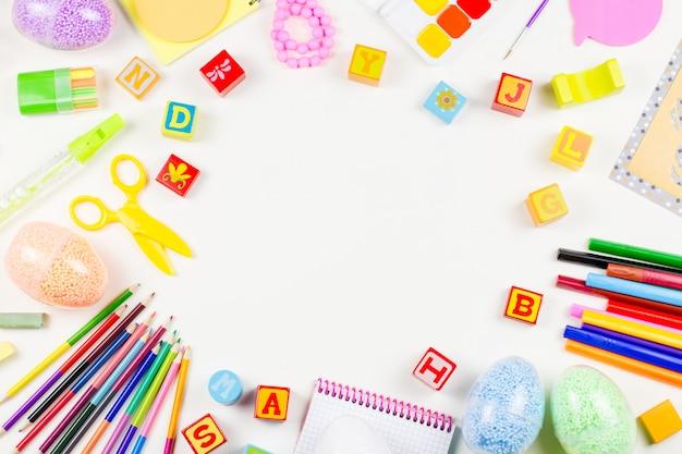 학 용품, 아동 창의성 개념 평평하다. 흰색 바탕 화면의 어린이를위한 다양한 예술 도구. 공간 복사