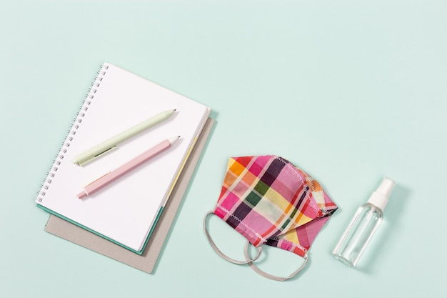 学用品、女の子用布製マスクと手指消毒剤、コピーブック