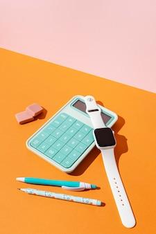Materiale scolastico composizione sul tavolo