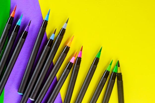 学校は柔軟な水彩筆ペンを供給します