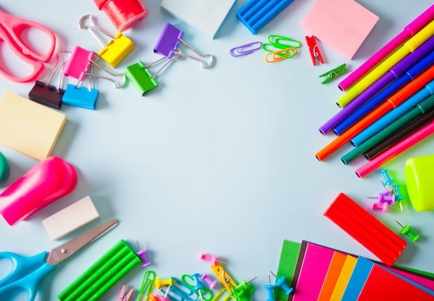 Рамка школьных принадлежностей на светлом фоне.