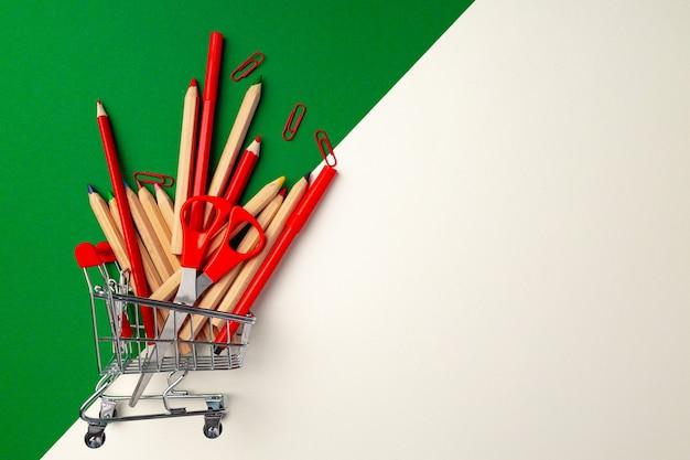ショッピングカート内の学用品、フラットレイ