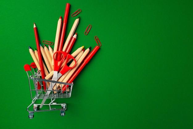 ショッピングカートの中の学用品
