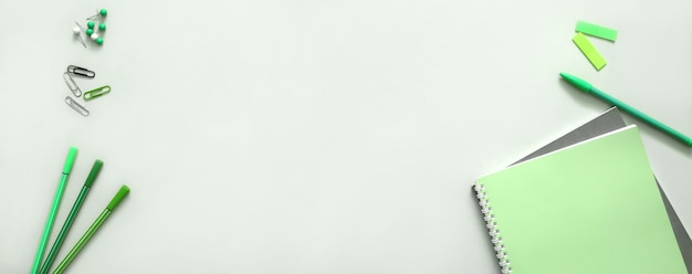 緑色の学用品。 webデザインの学校に戻るバナーの背景。