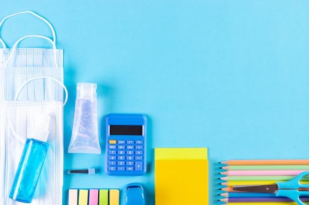 学用品、医療用マスク、手の消毒剤。 covid-19の大流行の後、学校に戻る。
