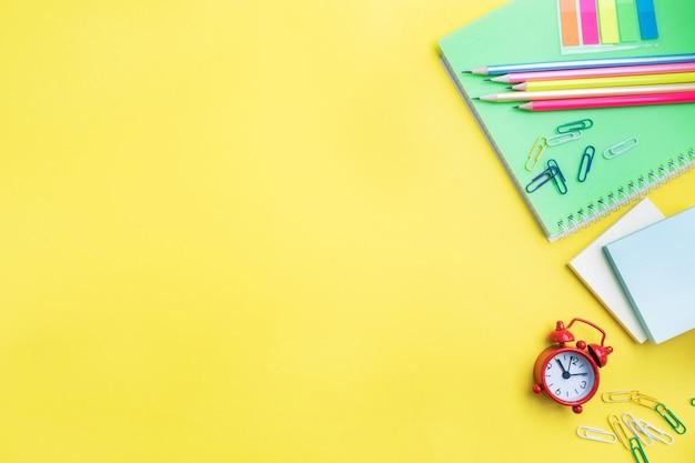 学用品、コピースペースと黄色の背景にノート鉛筆。