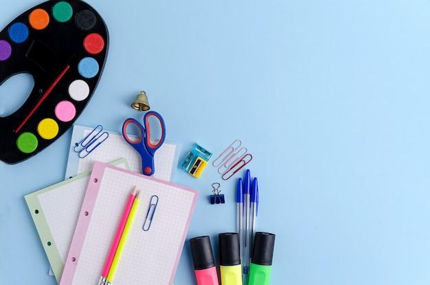 青色の背景に学用品します。学校のコンセプトに戻る。