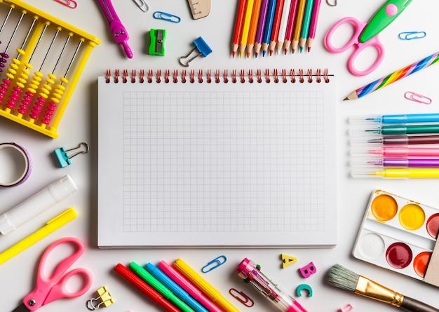 Школьные принадлежности на столе с копией пространства