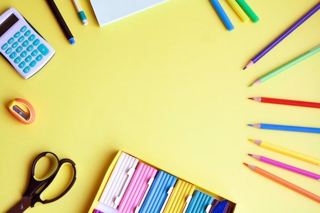 Школьные принадлежности на желтом фоне, плоская планировка, копия пространства