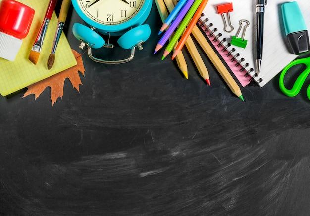 칠판 배경에 학 용품입니다. 공간을 복사합니다. 학교 개념으로 돌아가기.
