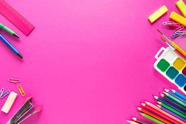 Школьные принадлежности на цветном фоне. концепция образования. вид сверху, копировать пространство