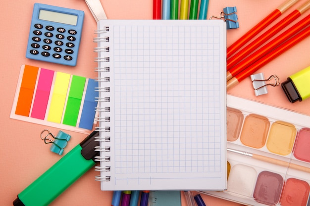 Школьные принадлежности на розовой поверхности. снова в школу абстрактной поверхности. креативная плоская планировка с копией пространства