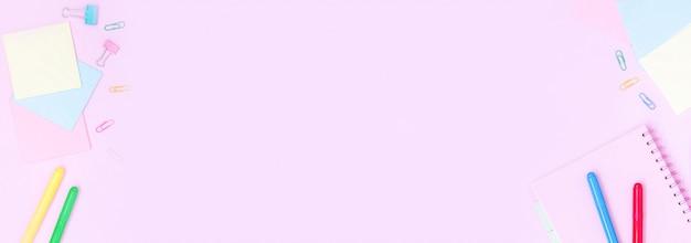 ピンクのテーブルの上の学用品