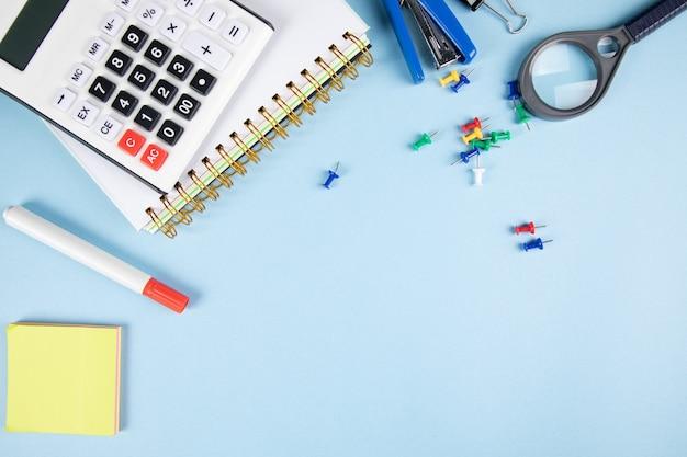 Школьные принадлежности на синем столе