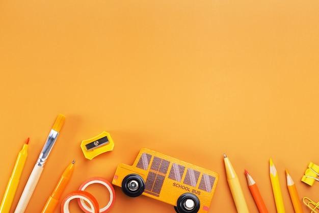 노란색 배경에 학 용품입니다. 다시 학교로 개념