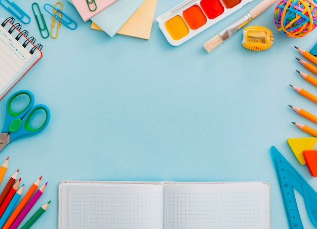 학교 텍스트 복사 공간 학교 개념을 다시 파란색에 문구 용품