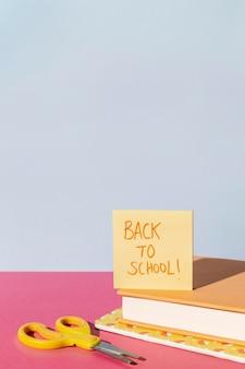 Forniture scolastiche sulla disposizione dei tavoli