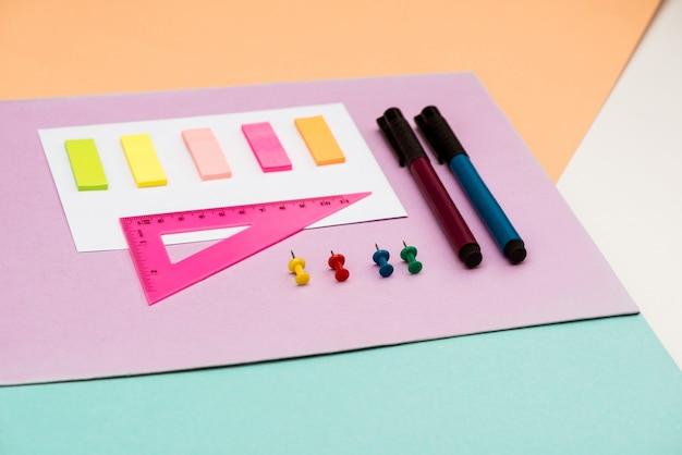 Materiale scolastico sul tavolo bianco