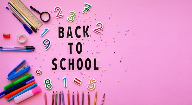 다시 학교 편지와 함께 학교 용품. 다시 학교 개념. 테이블에 편지지 및 글자 맞추기.