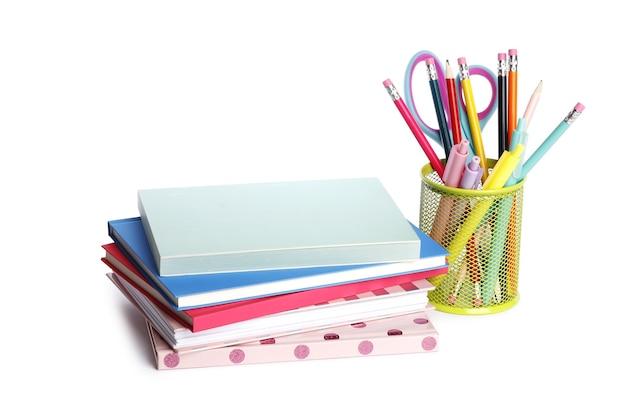 白い背景の上のノートブックと学用品