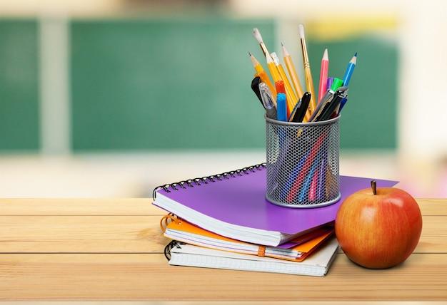 책과 사과 더미가 있는 학교 교사의 책상