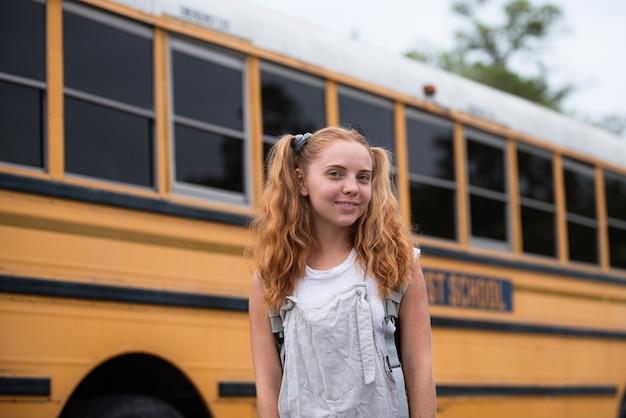 学校の十代の概念。外の学校のティーンエイジャーの学生の女の子の肖像画。家庭教育。