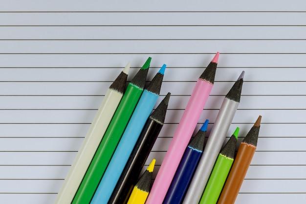 문구 장비에 다양한 학용품 항목의 학교 시간