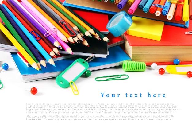 白いテーブルの上の学校の道具とアクセサリー。テキストのためのあなたの場所で。