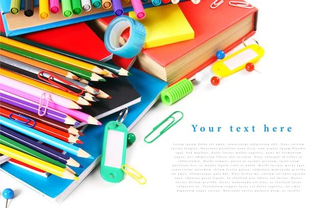 Школьные инструменты и аксессуары на белом столе. с твоим местом для текста.