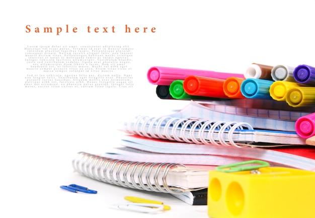 白いテーブルの上の学校の道具。テキストのためのあなたの場所で。