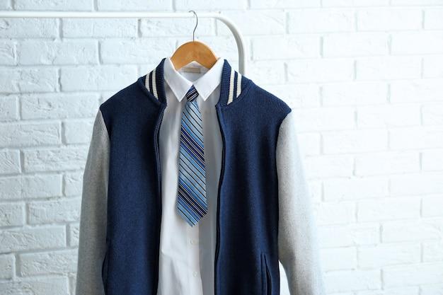 옷걸이에 십 대 소년의 교복