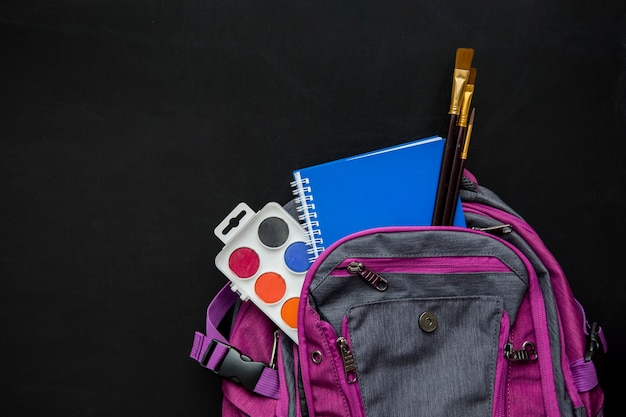 Школьная сумка с кисточками, акварелью и тетрадью