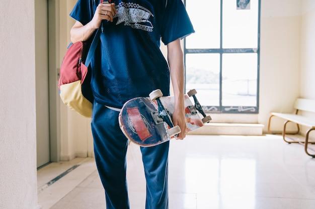 스케이트 보드를 들고 남학생