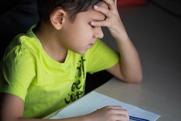 男子生徒は難しい宿題をしたくない