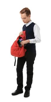 白い背景の上のバックパックで銃を隠す男子生徒