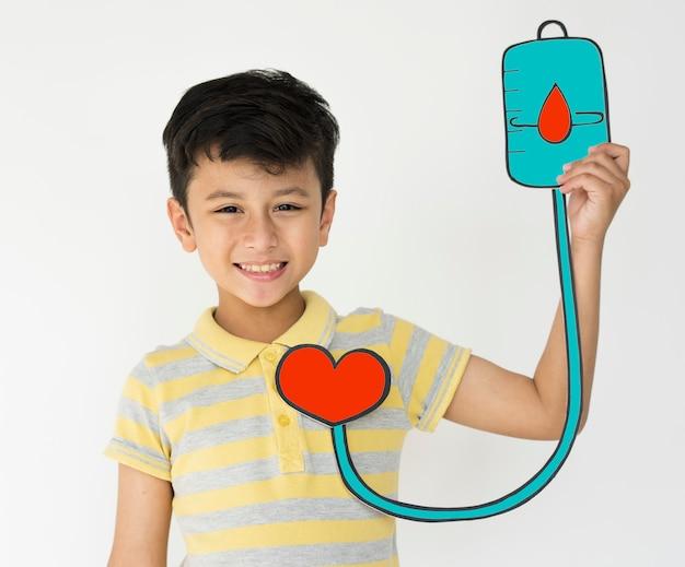 静脈内輸液アイコンを保持している男子生徒