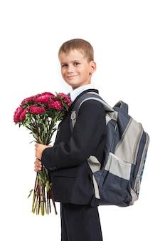 Школьник держит букет цветов