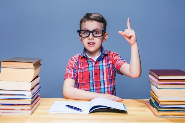 男子生徒は宿題、教育の概念を学びます
