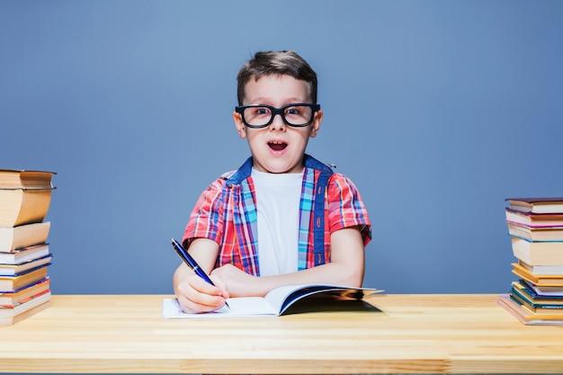 Школьник учится домашнее задание, концепция образования