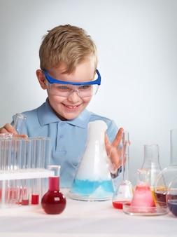 Школьник смотрит на результат своего эксперимента