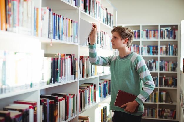 図書館で男子生徒の本を選択