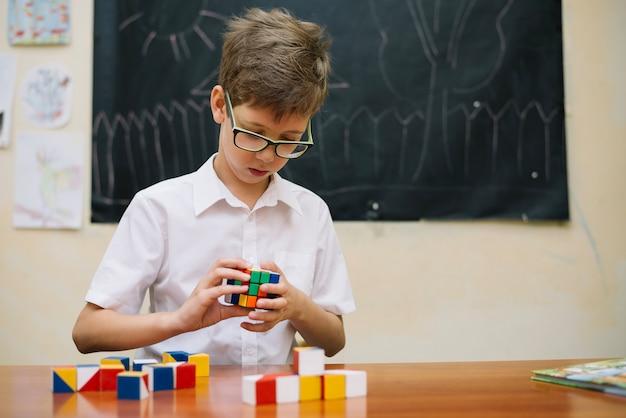 Scolaro risolvere il puzzle in classe