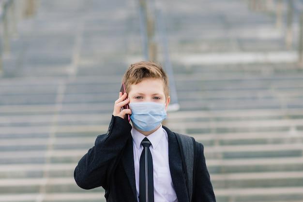 모범생은 도시에서 보호 마스크를 쓰고 학교를 나간다.