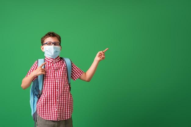 防護マスクを身に着けている少年