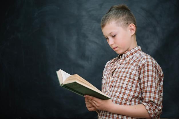 Школьник с книжным чтением
